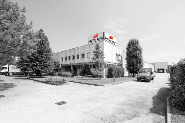 The large headquarters at Mapello (BG), Italy, with over 4000 sqm dedicated to production and warehouses.